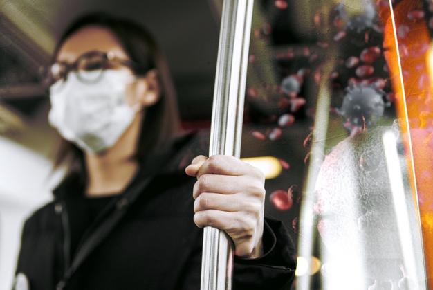 девушка в автобусе в маске