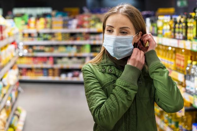 девушка в маске в магазине