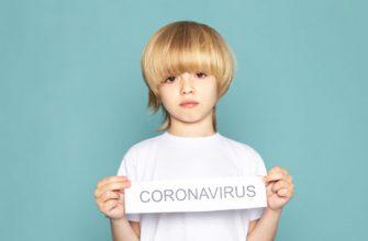 мальчик-держит-коронавирус