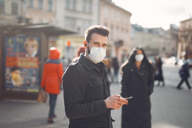 парень в маске на улице
