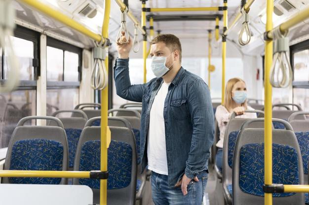 парень в маске в автобусе